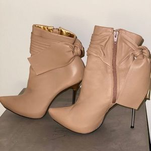 Beige leather heeled booties by  Sergio Zelcer